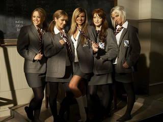 Grupo de ambiciosas chicas estudiantes jóvenes