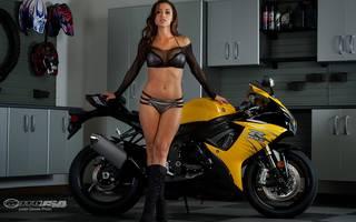 Mulher lindo perto de uma motocicleta.