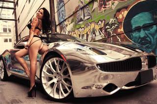 Tätowierte Mädchen mit Autos.